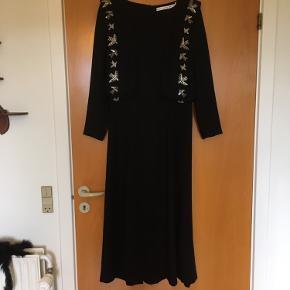Meget smuk maxi kjole med fugle palietter og åben ryg. Kjolen er meget fin og elegant. Jeg får desværre bare ikke brugt den.