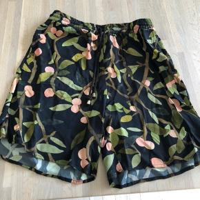 Sælger disse smukke shorts fra Stine Goya, da de kun er brugt 2 gange. I rigtig god stand. Kom med et bud, bytter ikke.
