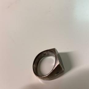 Sælger min Tom Wood ring i størrelsen 58. Den er brugt en del, men holder stadig godt og er fed