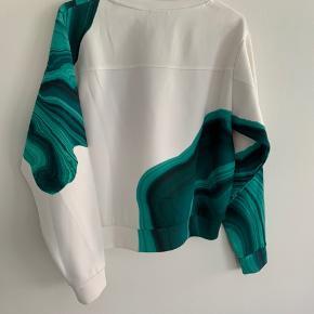 Den fedeste bluse, som matcher både jeans og nederdel. 🌸 Kun brugt en enkelt gang. 🌸 Sælges grundet flytning. 🌸 Str. S 🌸 Køber betaler porto.