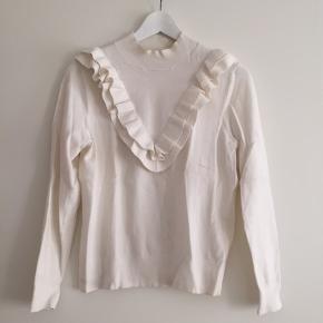 Fin bluse i crem hvid modellen tætsiddende  Afhentes i Århus eller sendes på købers regning. Ingen pletter eller andre fejl. Husk at se alle mine andre fine strik