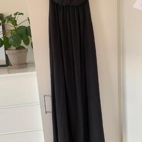 """Lang flot sort kjole fra Only Der er """"gummi"""" rundt i kanten så den ikke flader ned. Super stand"""