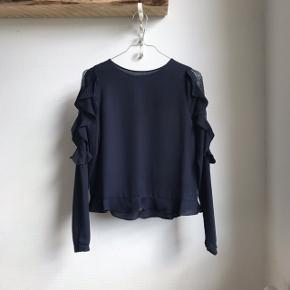 Sælger den absolut smukkeste bluse fra Zara med blonder og flæser 😍 Farven er navy blå. Haft på én gang, herefter vasket. Sælges, da jeg fik to i gave. Nypris: 379,-  🚭 Fra ikke-ryger hjem 🔁 Jeg bytter ikke. Sælger kun 📦 Køber betaler fragt 💁🏼♀️ Jeg kan mødes