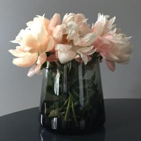 Smuk grønlig / røgfarvet mundblæst vase fra By Nord. Den er brugt men i fin stand. Der er lidt kalk pletter indeni, men ses ikke når der er blomster/vand i.   Skal afhentes i Hellerup.