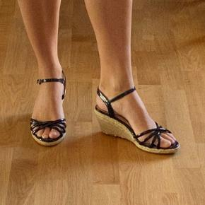 Søde sandaler med hæl til hverdagsbrug eller til fest. På den ene sandal er hælen en smule trevlet op. Kan sendes eller afhentes i Odense C 🌸