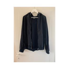 Sweatshirt fra cheap monday i sort str L er brugt som oversize sweatshirt til en str M :)