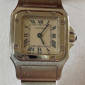 Cartier Santos Galbee ladies Quartz Circa 2000 -2002   Original Cartier Santos Galbee ur i rustfrit stål. Drevet af en kvarts batteri bevægelse Uret er i fantastisk stand smukke elfenben dial med blå numre fantastisk ur og meget sort efter model, hvis du har spørgsmål spørge os tak Harrys ure