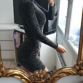 Sølv grå bodycon kjole fra sisters point passer str xs og small, der er stræk i stoffet  jeg er 171cm høj Den er brugt to gange, fremstår flot  den sælges for 215kr eller 250kr inkl fragt med DAO