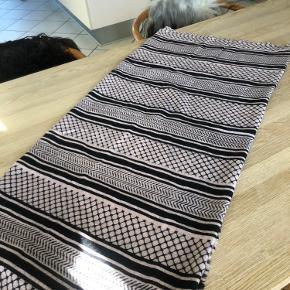 Super lækkert tørklæde i 85 % cashmere og 15 % silke. Kun brugt et par gange. 300 kr.