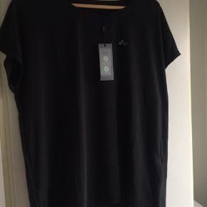 Ny og ubrugt oversize T-shirt str. L, passes af flere størrelser. Stadig med tags.  Blød og meget behagelig kvalitet. Fra ONLY Play, som er Only's sportstøj. I åndbar, hurtigt tørrende kvalitet.  #Secondchancesummer  80,- + fragt. Sender med Dao kr. 37,-  Bytter ikke.  Kan afhentes i Odense.  MÆNGDERABAT 💛