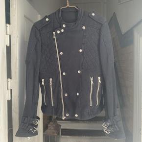 Nyere Balmain Bomulds biker jakke.  Jakken fremstår i flot stand, med få brugsspor.  Der medfølger ikke originalt købstilbehør til jakken.  Jakken er størrelse medium.