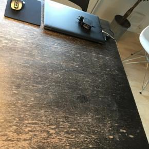 Smukt patineret spisebord inkl 2 store tillægsplader (indbygget i bordet).   Så unikt og fedt bord.  Sælges udelukkende pga pladsmangel i ny bolig