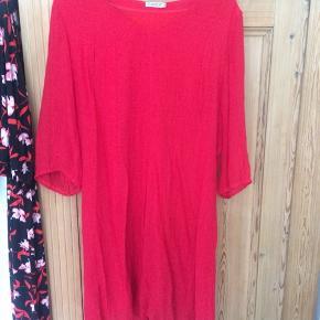 Fin rød kjole fra Gozzip. Er en Gozzip størrelse M, som vidst svarer til omkring en XL. Kan dog sagtens bruges af mindre størrelser, fx med bælte i taljen.   Se også mine andre annoncer, og giv et bud!