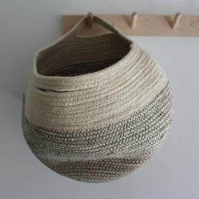 """Opbevarings-""""kurv"""" i naturmateriale. Mener den er købt i H&M. Rigtig fin stand. Højde ca. 26 cm, diameter ca. 25 cm."""