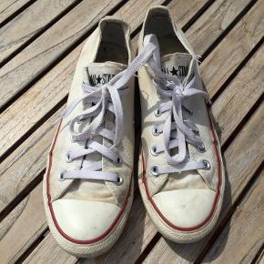 Originale All Stars Converse. Kan sikkert vaskes i vaskemaskinen og blive helt rene. Ingen huller eller defekter men lidt slidt indvendig i hælen. Bytter ikke. Se også mine øvrige annoncer. (12)