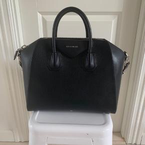 Fineste taske i sort fra Givenchy. Er købt hos Birger Christensen i 2015, men har passet virkelig godt på den, hvorfor der kun er kommet enkelte mærker på den, som formentligt kan dækkes med sort læderfedt. Nypris 12.800. Kvittering og dustbag medfølger.