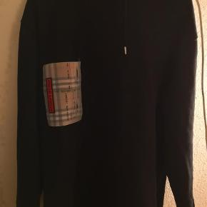 Varetype: Hættetrøje Farve: Sort Oprindelig købspris: 4100 kr.  Burberry ticket print hoodie OVERSIZED Har alt OG undtagen kvittering da det var en gave. Dvs der medfølger gaveboks, OG tags, kuvert med blankt kort og trenchcoat sløjfe.