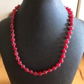 Håndlavede halskæde i 8 mm Facetsleben Jade sten.   Længde: 46 cm  Fragt: 20,- med postnord eller fra 33,- med dao
