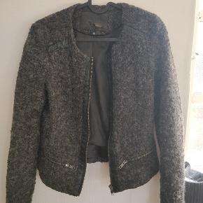 Jakken er brugt, men stadig i fin stand. Str xs, 50 kr. Mærket i jakken er en smule slidt. Køber betaler selv porto.