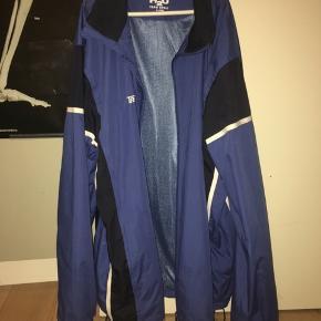 Mega fed jakke fra H2O🙌🏼kan både bruges af kvinder og mænd - der står en størrelse XL i , men jeg har brugt den som oversize og er en størrelse S🥰