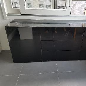 Meuble noir brillant acheté chez Conforama pour 299.- Le meuble a quelques marques sur le dessus mais im est encore en bon état. Les portes et tiroirs s'ouvrent avec un système de pression. A venir chercher rapidement à Lausanne-Malley.
