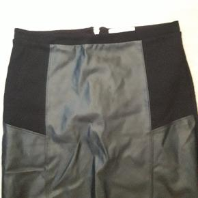 Lækker sort nederdel. Strækbart materiale. Rugtig fin.