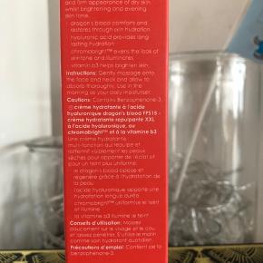 """Rodial Dragon's Blood Hyaluronic Moisturiser SPF15 - Bekyttende og opfriskende dagcreme! Rodial Dragon's Blood Hyaluronic Moisturiser SPF15 er en super intens fugtighedscreme med Hyaluronsyre, som med sit indhold af flere klinisk testede ingredienser, virker opfriskende og beskyttende på huden.  Den multifunktionelle dagcreme, Rodial Dragon's Blood Hyaluronic Moisturiser, kan nemt og effektivt give fylde til dit ansigt, samt give din hud dens optimale hydrering.  Beriget med en let fersken-/rosenduft, er denne lysnende, opstrammende, opfriskende, beksyttende og fugtgivende således også perfekt til dig der har problemer med sensitiv hud.  Virksomme ingredienser  Rodial Dragon's Blood Hyaluronic Moisturiser SPF15  har mange fordele, hvilket bl.a. skyldes følgende ingredienser og deres egenskaber:  Hyaluronsyre udglatter straks fine linjer og udfylder rynker, mens Gransil effektivt absorberer overskydende olie og udvisker småfejl. B3-vitamin sikrer en ensartet hudfarve og giver huden en lysende og strålende glød. """"Drageblod"""" (ekstrakt fra Croton Lecheri træet) stimulerer genopbygningen af hudceller og beroliger samtidig følsom hud mens den beskyttes mod miljøskader. Chromabright korrigerer eksisterende pigmentfejl og udjævner hudtonen Hydromanil har en opstrammende og definerende effekt på hudens tekstur, og ingrediensen forebygger samtidigt også tør/dehydreret hud. Anvendelse  Dagcremen påføres om morgenen på renset hud.  Massér dagcremen ind i ansigtet med cirkulære bevægelser, og brug helst cremen dagligt for at få den optimale effekt."""