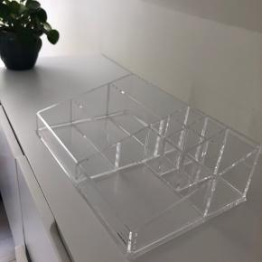 Nomess stor opbevarings æske. Brugt men ikke slidt.  Koster fra ny 400kr:  Clear make-up organizer - XL  https://www.magasin.dk/clear-make-up-organizer---xl/VA01411308-00000001_061.html
