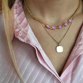Håndlavet halskæde til 70kr🌸 Kan også laves med sølv perler, og blomsterne kan også laves i en anden farve.  Prisen er fast. Se mere på Instagram: @muluadesign