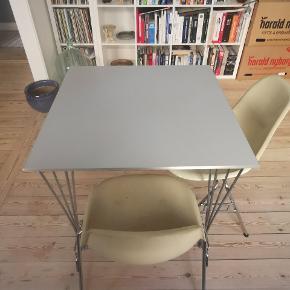 Rigtig flot Piet Hein & Bruno Mathsson spisebord.  Bordet måler 80x80 og er 70,5 cm højt, perfekt til 4 personer.  Bordet er fra 2001 og fremstår alderen taget i betragtning rigtig flot.  Kan afhentes i Aarhus c.  Bud er velkomne.