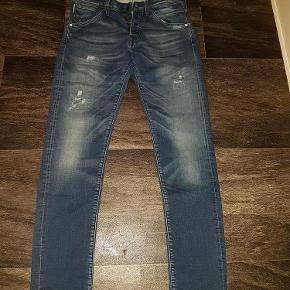"""Varetype: Jeans  w31 L32 slim fit Glenn kr 100 som ny Størrelse: 31""""/32"""" Farve: Blå  W31 L32 Livvidde 80 (med stretch. Op til 84 cm liv) Indvendig benlængde 80 cm Fuld længde 105 cm Har 2 par. Født med slid og huller  Har også et par str w32 L32  De også just junkies shortd lyseblå og mørkegrå"""