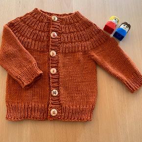 """Hjemmestrikket cardigan """"Ankers jakke"""" str 6-9 mdr. Længde 29 cm. Strikket i baby merino som er dejlig blød"""