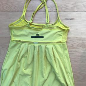Adidas Stella mccartney gul top str. 34. Fleksibel i str.  Stretch i stoffet.