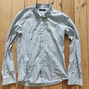 En flot skjorte fra Selected Homme. Med de skjulte knapper og det sjove mønster bliver skjorten til en innovativ blanding af formel og uformel! Byd gerne :)