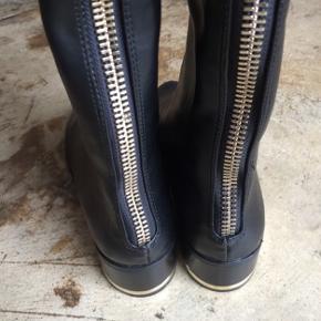 Flotte lange støvler fra Zara med guldlynlås bagpå. Brugt 2 gange.  💕Prisen er fast💕 💕Bytter ikke💕 💕Fra ikke-ryger hjem💕 💕Kan afhentes i Valby💕 💕Kan sendes med DAO mod betaling💕
