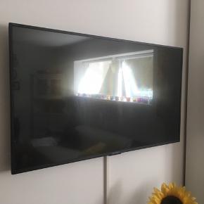 2 år gammelt sharp tv - næsten ikke brugt i denne periode og fremstår derfor som ny • 43 tommer • 2 år gammelt • Fejler intet • Det er IKKE et smart tv • Hdmi stik følger med