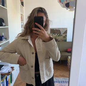Skøn skjorte/jakke fra cos i beige. Passer både xs og s. Mener nypris var 700kr, da den er købt i new York. Brugt 4 gange