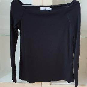 Lækker basic bluse med Off schoulder skæring. Aldrig brugt. Str S/M Fra hjem uden Røg og dyr.