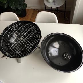 """Herstal """"Mini grill"""" i sort. Grillen er aldrig brugt og fremstår som ny (bemærk: håndtaget er knækket, men ellers ingen slitage. Burde kunne limes el. tapes sammen igen) nem at transportere rundt da den har en god str. 🔥🍗  Byd gerne kan enten afhentes i Århus C eller sendes på købers regning 📮✉️"""