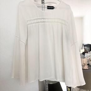 ONLY bluse i hvid med vide i ærmerne    størrelse: 40   pris: 60 kr   fragt: 37 kr