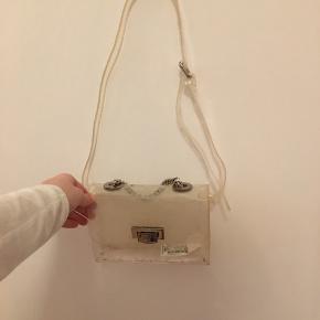 Sælger denne taske som både kan bruges rund om maven også har jeg også brugt den som cross over. Brugt men med lidt rengøring ville den være så fin❤️