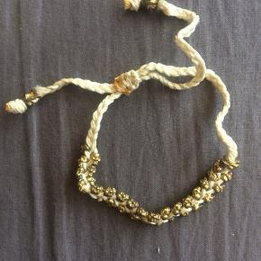Flot armbånd i snor med guldperler  Se også mine andre annoncer, og giv et bud!