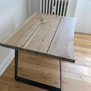 Fint plankebord sælges på grund af flytning. Den er i fin stand med få brugsspor. Måler 100x72 og vil være oplagt som lille spisebord eller skrivebord.  Tænker omkring 350 kr. 😊 skriv en besked ved interesse Befinder sig på Frederiksbjerg Århus C