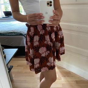 Aldrig blevet brugt af mig. Men har købt nederdelen herinde på Trendsales for noget tid siden. Fejler absolut INTET. Får den dsv bare ikke brugt💕