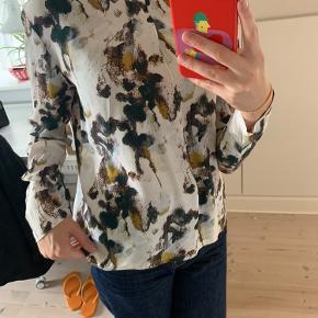 Sød skjortebluse fra MbyM. Lynes bag på.
