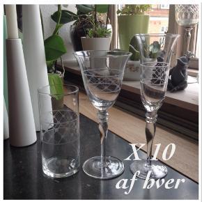 Vinglas, vandglas champagneglas. Flotte og uden skår. Det er komplet til 10. Vinglas 12 styk Champagne 11 styk Vandglas 10 styk Prisen er for alle 33 styk