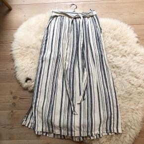 Zara hør nederdel med knapper i den ene side og bånd bagpå💙