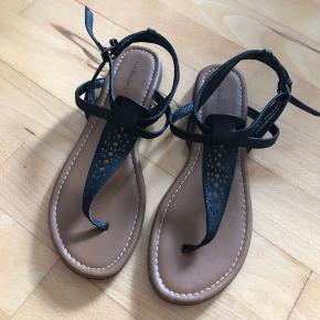 Sandal med rem mellem tæer.
