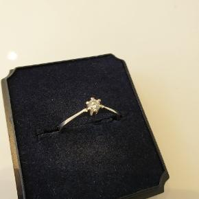 Den smukkeste diamantring med 0,10 ct diamant.  Str.48.  Bemærk ringskinnen er tilnærmelsesvis uden ridser!  Brugt ganske få gange. Jeg bytter ikke!!