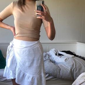 Nude beige sommer top , bluse , t-shirt med ærmer. Kan også bruges som croptop    Kan passes af Xs - s